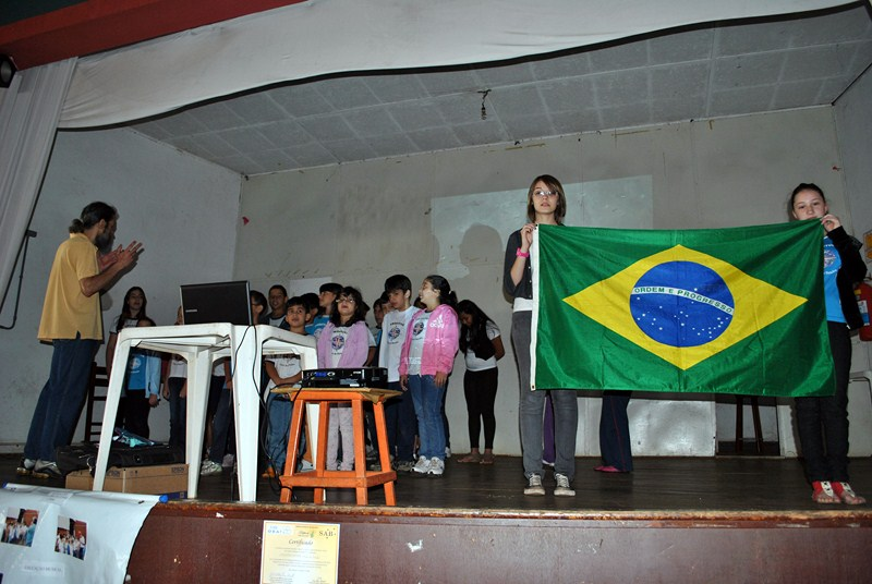 Students singing the national hymn during the opening of the exhibition. Batatais (São Paulo).