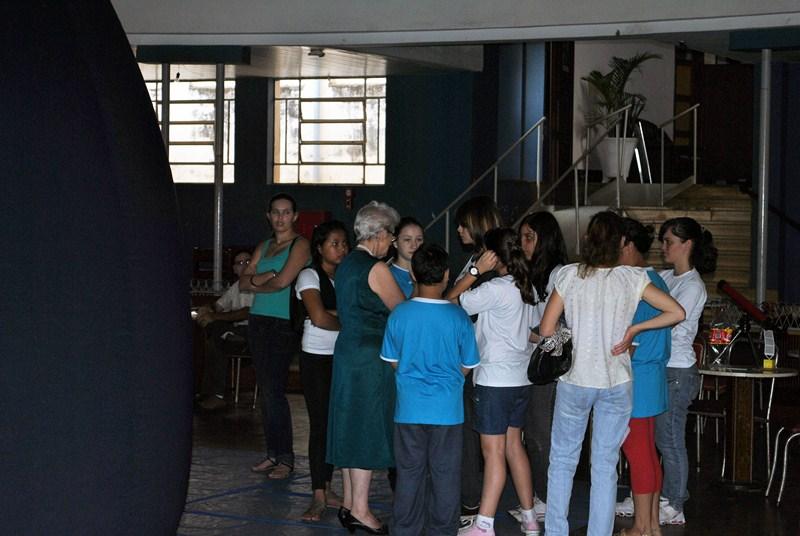 Students during the exhibit in Sociedade Operária in Batatais (São Paulo).
