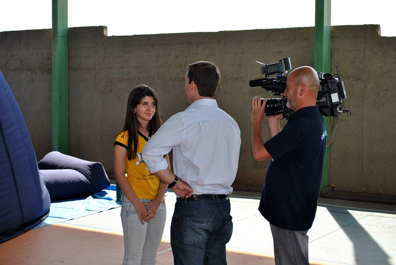 Students giving interviews to a local TV station. Students during the exhibit. São Lourenço do Turvo (São Paulo).